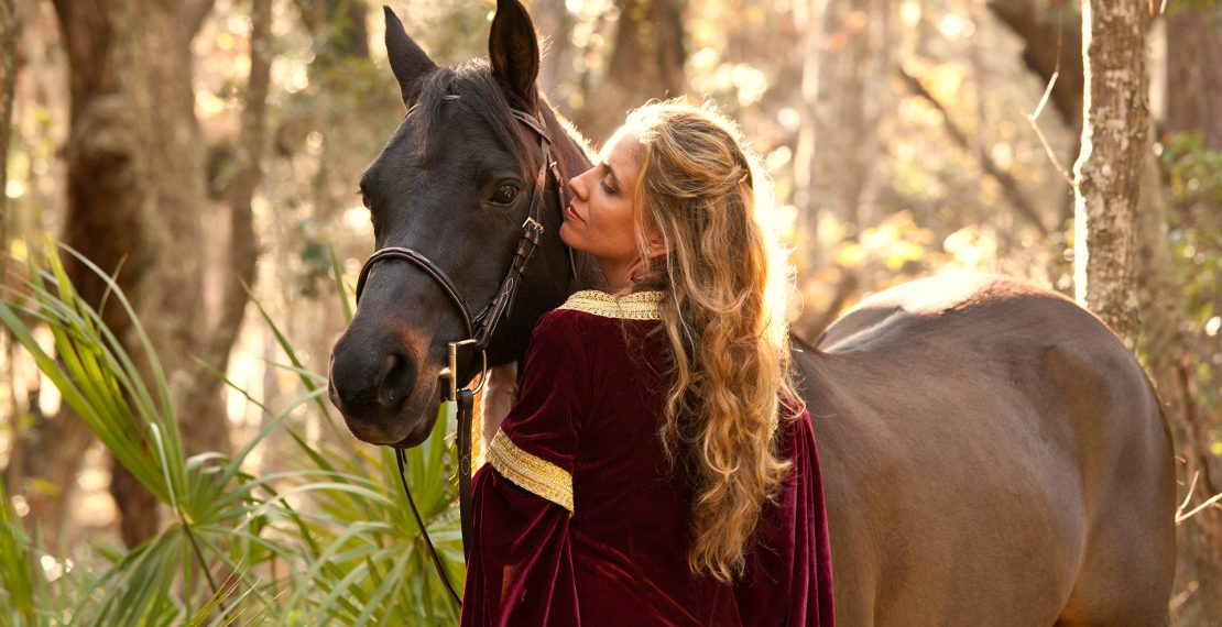 Trictracteambuilding-cheval-femme-robe-medievale